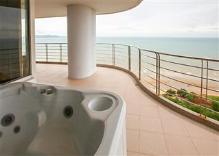 Jacuzzi balcony with sea view