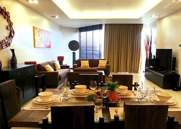 Luxurious condo - Dining and living area