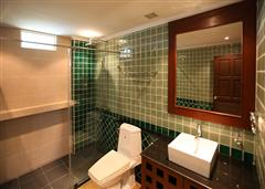 The Residence apartments - Clean bathroom